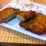 Şniţel Solovan sau şniţel în crustă de cartofi, cu castraveţi, ou şi smântână